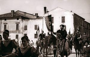 Nella foto il portatore di Gonfalone è il Maestro Martinelli